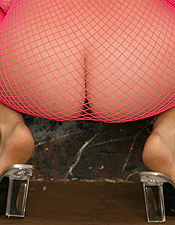 Redhead Babe Jess Robinson In Pink Fishnet Dress - Picture 5
